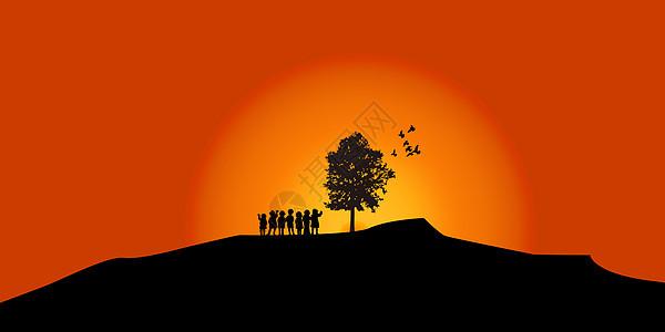 夕阳西下的山坡与一群玩耍的儿童图片
