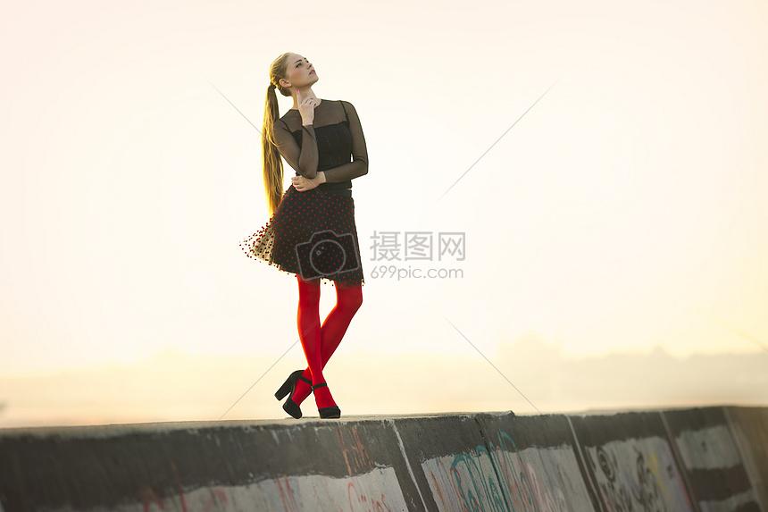 穿红丝袜的女人图片