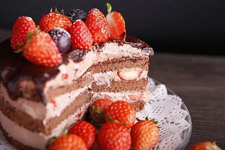 巧克力淋面草莓蛋糕图片