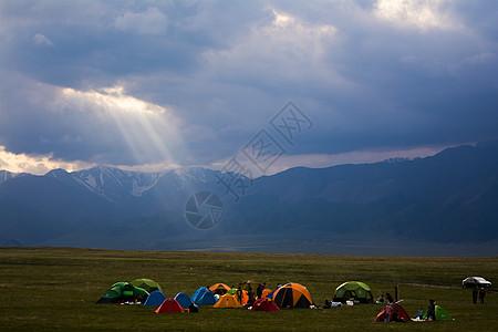 赛里木湖旁扎营图片