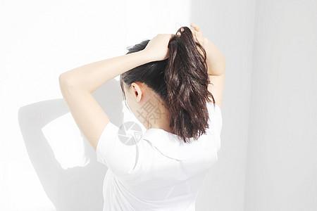 扎头发的女孩图片