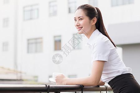公司美女白领喝咖啡放松图片