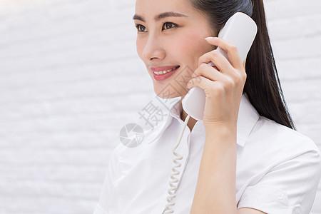 正在接听电话的前台客服人员图片