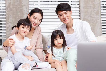 看电视的一家人图片