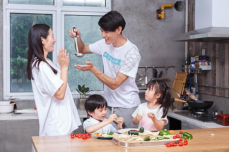 家庭亲子厨艺高清图片