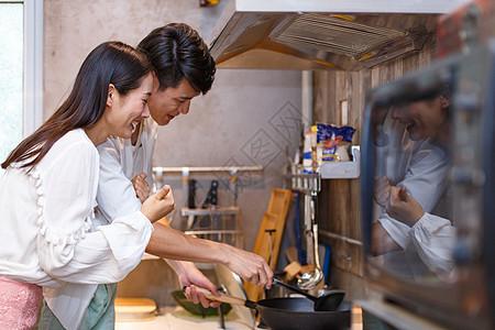 一起烹饪的情侣图片