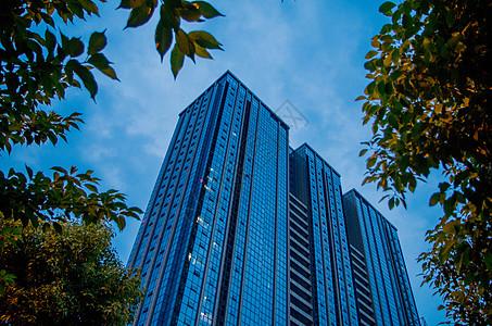 高耸的城市建筑与天空图片