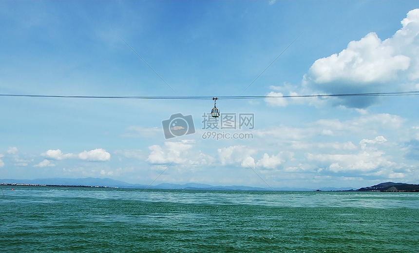 天空中的缆车图片