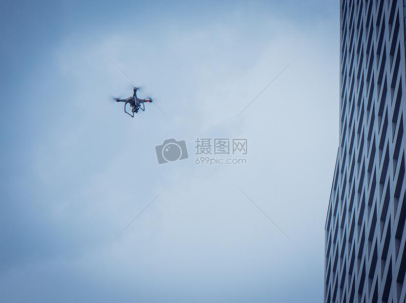 空中飞行的无人机图片