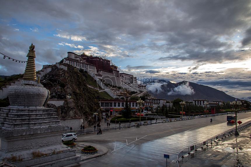 蓝天下的西藏布达拉宫图片