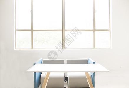 教学楼窗前的桌椅沙发图片