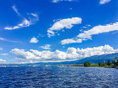 云南大理-洱海的蓝天白云图片