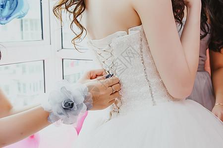 身穿婚纱的女性背影图片