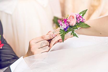 恋人戴婚戒双手特写图片