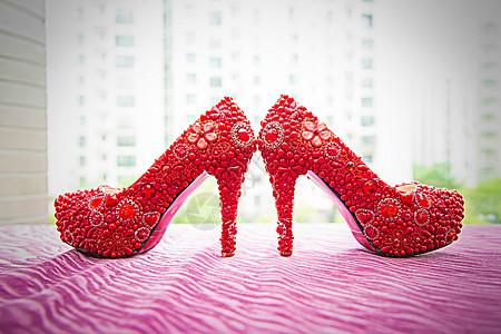 红色水钻婚鞋特写图片