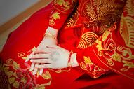 身穿中式礼服的新娘手部特写图片