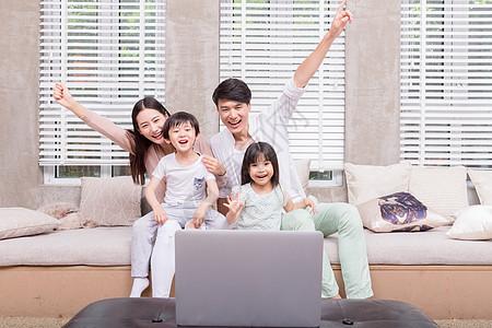 年轻父母陪孩子看电视图片