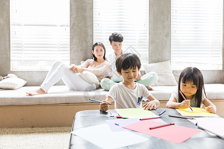 小孩子在客厅画画图片