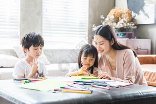妈妈在家里教孩子画画图片