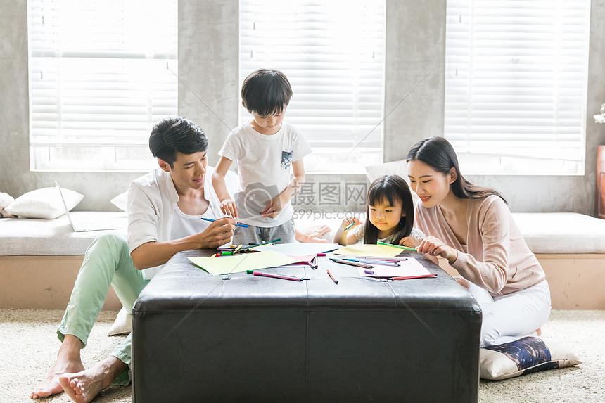 爸爸妈妈在家教孩子画画摄影图片免费下载_人物图库