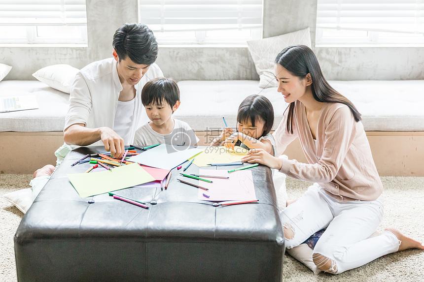 爸爸妈妈在家教孩子画画图片