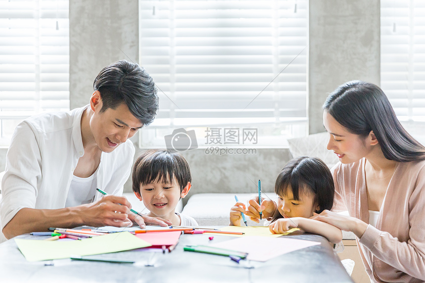 爸爸妈妈在家教孩子画画