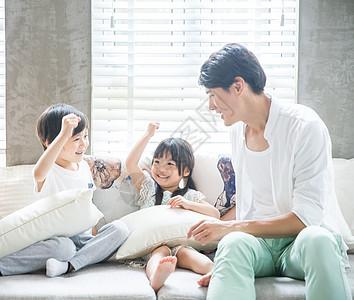 父母陪伴孩子在客厅玩游戏图片