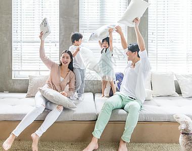 父母和孩子在客厅沙发嬉戏打闹图片