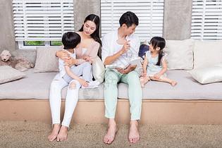 父母陪伴孩子在家讲故事图片