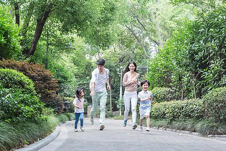 年轻父母带孩子小区散步运动图片