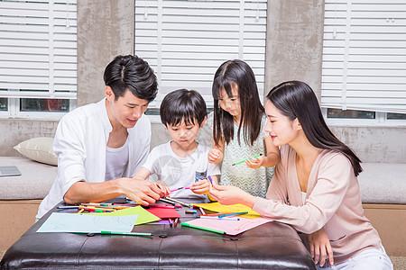 爸爸妈妈教孩子画画高清图片