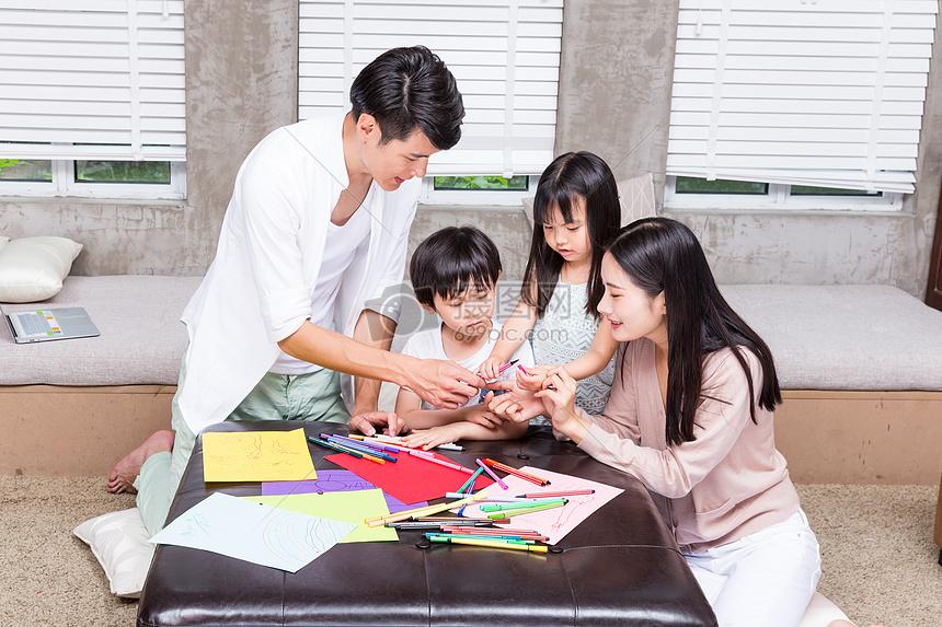 爸爸妈妈教孩子画画摄影图片免费下载_人物图库大全