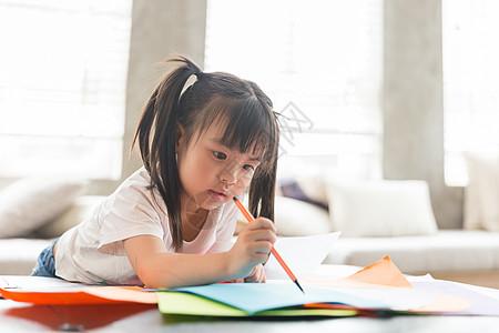 可爱的小女孩在画画图片