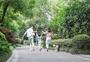 父母带孩子在小区里散步图片