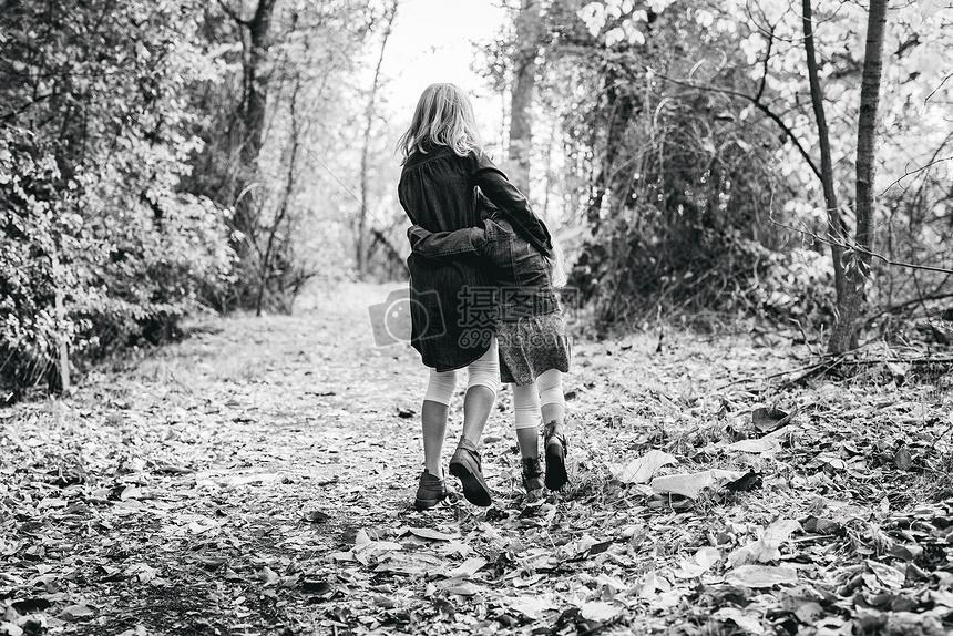 森林路径上的两姐妹背影图片