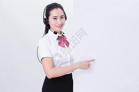 商业亲和美女客服手点白板留白图片