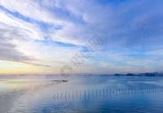 平静的湖面图片