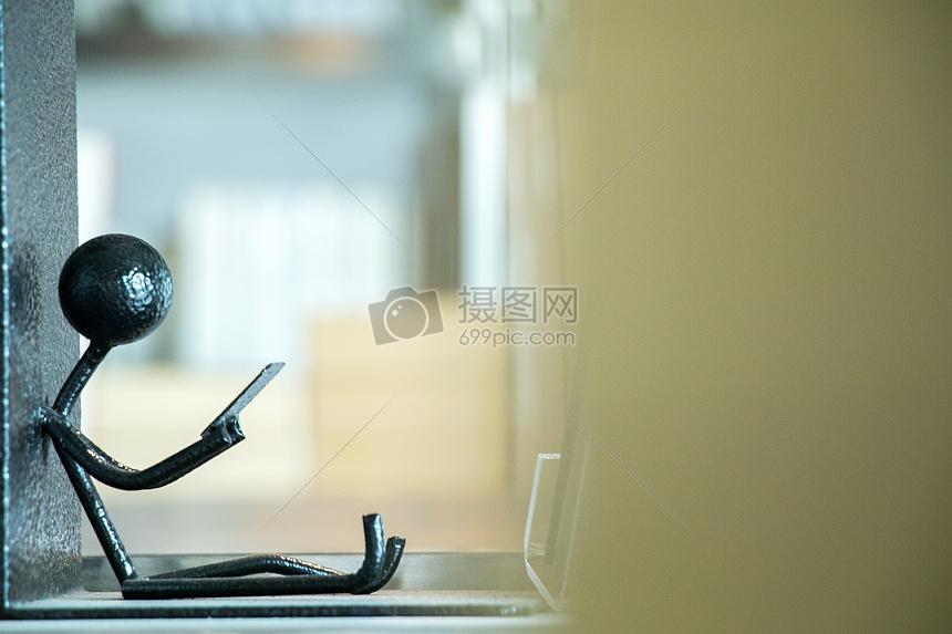 坐着看书的小人书立图片