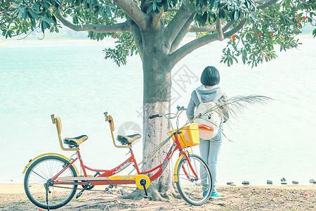 女孩停下自行车在河边看风景图片
