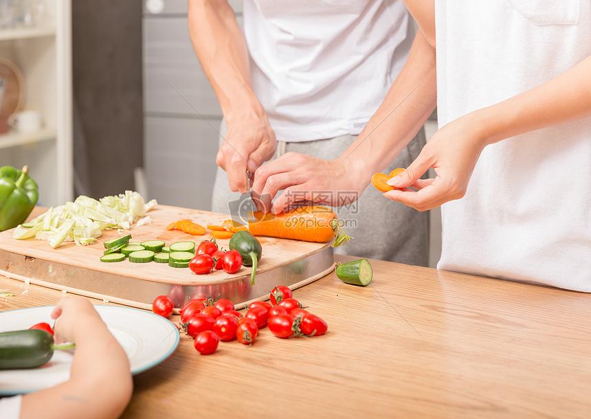 厨房做菜切菜特写图片