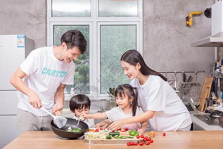 爸爸妈妈和孩子一起在厨房做菜高清图片