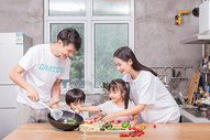 爸爸妈妈和孩子一起在厨房做菜图片