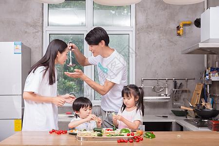 年轻父母与孩子一起在厨房做饭图片