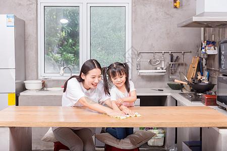 孩子学习帮助父母做家务擦桌子图片