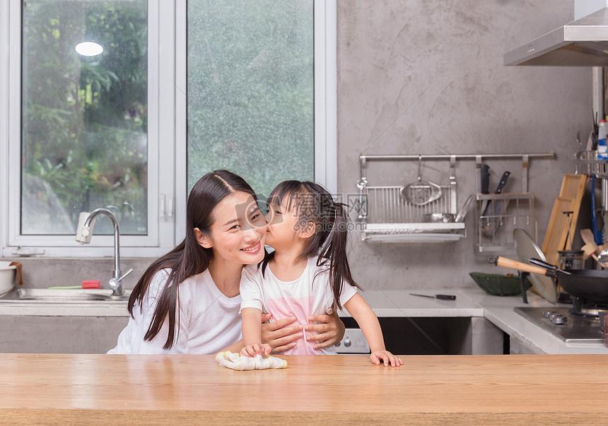 可爱家居孩子亲子孩子学习帮助父母做家务擦桌子图片孩子学习帮助父母