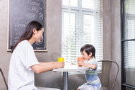 妈妈和孩子喝饮料聊天图片