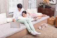 年轻情侣在家休闲娱乐放松看电视图片
