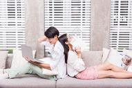 情侣家居客厅沙发休闲放松图片