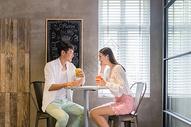 情侣咖啡点喝咖啡聊天图片