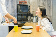 年轻情侣一起做饭图片
